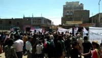 """تعز: متظاهرون يطالبون بإخراج المجاميع المسلحة من """"التربة"""""""
