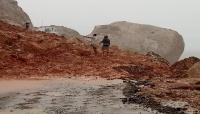 """انهيارات صخرية تعزل عاصمة """" سقطرى"""" عن المناطق الأخرى بعد أمطار غزيرة"""