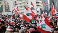 برسالة رفض للنخبة.. محتجون يلقون النفايات أمام منازل سياسيين بطرابلس اللبنانية