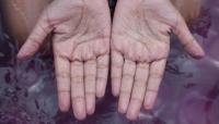 ما سبب تجعد الأصابع أثناء الإستحمام؟