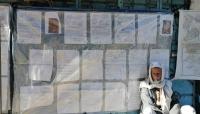 """بحثا عن العدل والإنصاف.. يمني يحوّل جدار محكمة إلى """"معرض حقوقي"""""""