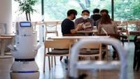 روبوت للمساعدة في الحفاظ على التباعد الاجتماعي في مقهى بكوريا الجنوبية
