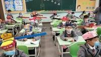 قبعات التباعد الصينية.. استخدمت لمنع التهامس واليوم قد تنقذ الطلاب من كورونا