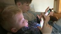 """""""أغبياء ومرضى"""".. كيف يؤثر استخدام الهاتف الذكي على الأطفال؟"""