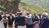 رجل أعمال يتكفل بمسح ورصف طريق إحدى بلدات ريف إب