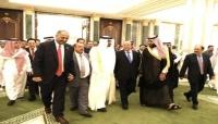 بالتزامن مع مغادرة الرئيس هادي للرياض.. مستشار رئاسي يعلن بدء مشاورات تشكيل الحكومة المقبلة