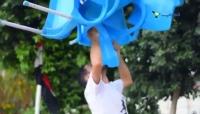 شاب يمنيّ يتحدّى الجاذبية بذقنه وأنفه (فيديو)