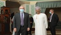 """وزير خارجية عُمان يبحث مع """"ليندركينغ"""" جهود إنهاء الحرب باليمن"""
