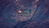 300 منزلاُ محيطاً به احترقت.. منزل ينجو بأعجوبة من حمم بركان (فيديو)